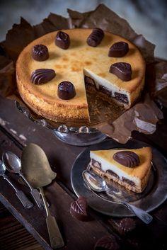 Tehdään nyt tässä kohtaa sellainen ennustus, että konvehtirasioita tulee varmaan joka taloon useampia. Oli ne sitten itsehankittuja tai lahjaksi saatuja. Kotona meillä on aina kuitenkin käynyt näin. Niitä jaetaan naapureiden kesken ja sellaisten puolituttujen, joiden... Tapas, Sweet Pastries, Chocolate Cheesecake, Love Cake, Food Inspiration, Cake Decorating, Bakery, Food And Drink, Sweets