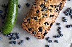 Pain aux zucchinis et bleuets Cinq Fourchettes Just Desserts, Dessert Recipes, Bread Cake, Tonne, Sweet Bread, Vegetable Recipes, Bread Recipes, Banana Bread, Sweet Tooth