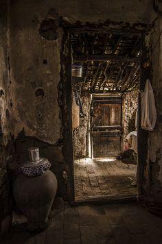 Casa de taipa centenária, construída por escravos em Chã dos Negros, Passira - Pernambuco Brazilian People, Bamboo Wall, Stop Motion, Light And Shadow, Wood Doors, Country Life, Habitats, Abandoned, Traditional