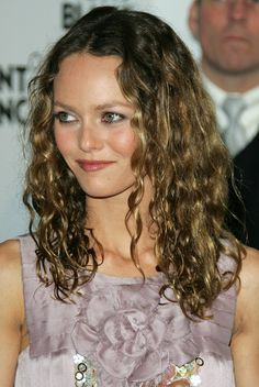 Vanessa Paradis, Carolina Herrera, Chignons Glamour, Celebrities With Glasses, Curly Hair Styles, Natural Hair Styles, Johny Depp, Lily Rose Depp, Star Wars