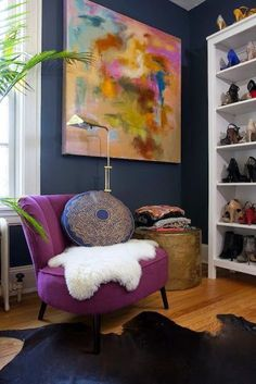 Check out this Design Fixation: Navy Blue + Purple Home Decor Inspiration The post Design Fixation: Navy Blue + Purple Home Decor Inspiration… appeared first on Migno Decor . Style At Home, My Living Room, Home And Living, Feminine Apartment, Colorful Apartment, Estilo Kitsch, Purple Home Decor, South Shore Decorating, Home Fashion