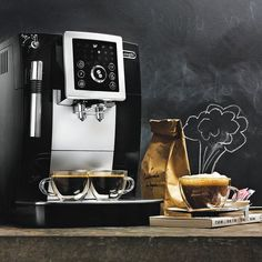 Have your perfect cup of coffee with a touch of the flavor found in professional cafés on this ergonomic De'Longhi Magnifica S Compact Automatic Espresso Machine.