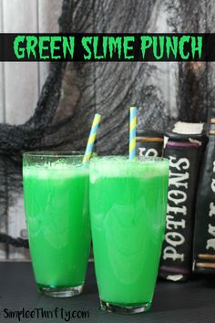 Green Slime Punch Are you preparing for your Halloween festivities? We have an awesome drink recipe for you to include at the party! Make up these for your guests or for the kids! This is an alcohol free drink, but you could change that Halloween Cocktails, Halloween Snacks, Halloween Bebes, Fete Halloween, Easy Halloween, Halloween 2020, Halloween Stuff, Halloween Drinks For Kids, Bricolage Halloween