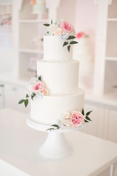 Pink Wedding Cakes Pink roses and blue hydrangea buttercream cake - Wedding Cake Fresh Flowers, Fresh Flower Cake, Black Wedding Cakes, Cool Wedding Cakes, Elegant Wedding Cakes, Elegant Cakes, Beautiful Wedding Cakes, Wedding Cake Designs, Beautiful Cakes