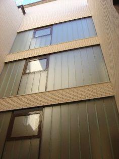 Edificio 18 viviendas. Ventanas de u glass en patio interior.
