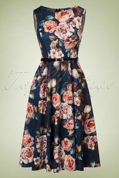 De naam zegt het al... Audrey Hepburn zou deze 50s Hepburn Floral Swing Dress met trots gedragen hebben! Waar kun je een vrouw blij mee maken? Juist... rozen en jurken. Deze classy jurk heeft een prachtige aansluitende top, een speels riempje en loopt vanaf de taille uit in een volle swing rok voor een mooi vrouwelijk silhouet, oh la la. Uitgevoerd in een glad, stretchy petrolblauw stofje met een adembenemend mooie bloemenprint. Een juweeltje om te zien en een droom om te dragen, d...