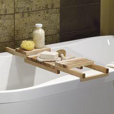 Keep bath items handy with this practical and stylish caddy. | Gardez les essentiels du bain à portée de la main grâce à ce pratique plateau de baignoire. #bathroom #salle_de_bain #DIY