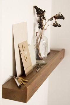 玄関には鍵やお出かけ時に持っていくべきものなどちょっとした置き場所があると便利です。棚一枚を壁に取り付けたり、スツールを置いてみるなど、小さな飾り場を取り入れてみましょう。