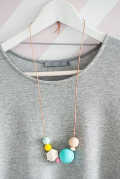 diy necklace inspiration: colorful pastels, different sizes + geometric shaped beads Ceramic Jewelry, Wooden Jewelry, Beaded Jewelry, Handmade Jewelry, Unique Jewelry, Wooden Bead Necklaces, Wooden Beads, Polymer Clay Necklace, Polymer Clay Beads