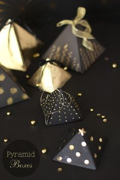 Black and gold pyramid boxes! Paper Packaging, Gift Packaging, Packaging Ideas, Diy Gift Box, Gift Tags, Gift Boxes, Christmas Jewelry, Christmas Crafts, Xmas