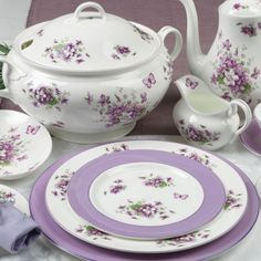 One of Aynsleys' quintessentially English patterns, using traditional floral designs, perfect for dining and afternoon tea.
