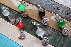 """PRECIO: 7€. Piedra """"Ojo de Gato"""" (blanco, verde , naranja o amarillo) o cristal (rojo o negro), adorno pájaro o espiral con baño de plata. Enganche de plata."""