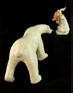 """Ours polaire et fillette inuit en céramique. Série """"Les Messagers"""" de Cendrine Dugardin, l'Atelier Sababou. #scultpture #céramique #poterie #argile #ourspolaire"""