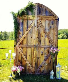 Our beautiful Barn Door Backdrop at a recent wedding. Decorated by Bling Out Parties. So gorgeous! ? #vintagerentals #oldbarndoors #rusticwedding ... & DIY Wedding Barn Door backdrop made from Pallets | Wedding Project ...