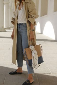 Outfit with oversized trenchcoat. Desi is wearing Edited the Label Trenchcoat, Gucci Princetown slippers, Celine tote ba Business Outfit Damen, Parisienne Style, Trench Coat Outfit, Camel Coat, Trench Coats, Casual Outfits, Fashion Outfits, Womens Fashion, Fashion Fashion