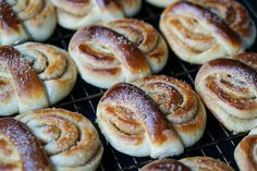 Perfekte kanelsnurrer! - treningsfrue.no Doughnut, Hamburger, Bread, Baking, Desserts, Food, Tailgate Desserts, Deserts, Brot