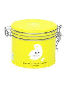 """Der lose Tee """"Lemongrass Blackcurrant Rooibos"""" in gelber Metalldose (à 100g) beinhaltet folgende Zutaten: Rooibos, Zitronengras, natürliche Aromen aus schwarzen Johannisbeeren und Äpfeln, Vanillestückchen, rosa Pfeffer.  In den schönen Metalldosen der Marke LØV Organic im skandinavischen Design finden sich einzigartige Teekreationen, die nicht nur optisch ein absolutes Highlight sind, sondern auch mit ihrem leckeren Geschmack und dem kontrolliert ökologischen Anbau punkten können."""