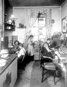 Die Küche einer 2- oder 3-Raumwohnung im Quergebäude einer Heimarbeiterfamilie