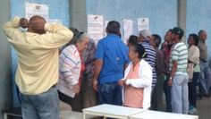 Elderly voters queue up outside a voting station in Caracas.   Foto: Isobel Finbow