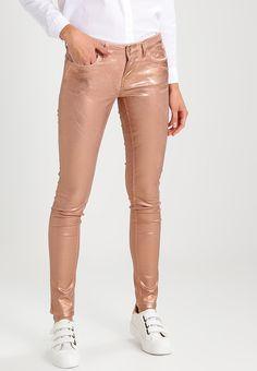 spodnie brązowe z połyskiem metaliczny trend w codziennych stylizacjach Khaki Pants, Metallic, Fashion, Moda, Khakis, Fashion Styles, Fashion Illustrations, Trousers