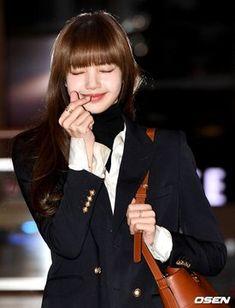 """✈️ BLACKPINK Lisa at Gimpo International Airport today heading to China for overseas schedule 💕 South Korean Girls, Korean Girl Groups, Asian Woman, Asian Girl, Rapper, Airport Photos, Jennie, Blackpink Fashion, Blackpink Lisa"