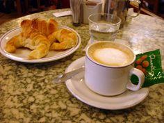 Café con leche y medialunas