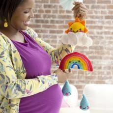 You will love to make this Crochet Rainbow Baby Mobile and we have a free pattern for you. Crochet Gratis, Crochet Amigurumi, Crochet Toys, Free Crochet, Knit Crochet, Crochet Stitches, Crochet Baby Mobiles, Crochet Mobile, Baby Flip Flops