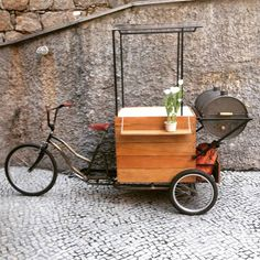 This could be a cute little coffee stand. Food Cart Design, Food Truck Design, Coffee Carts, Coffee Shop, Bike Coffee, Food Box, Bicycle Cart, Mobile Food Cart, Bike Food