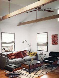Auch so lässt sich Loft-Ambiente schaffen: die Balken, der Ventilator und dazu die Möbel, die leicht zusammengewürfelt wirken.