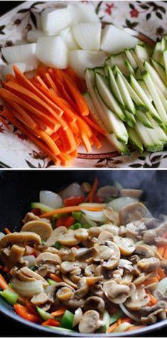 Estos gustosos tallarines chinos con muchos vegetales.   16 Deliciosas recetas de comida china que puedes hacer en casa