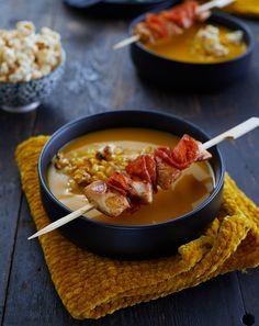 Soupe de maïs et mini-brochettes de poulet au chorizo - St Sever Pour 4 personnes : 2 filets de poulet fermier jaune St SEVER 1 filet d'huile d'olive 1 bouillon cube de volaille 1 pomme de terre 1/2 chorizo 2 cuillères à soupe de coriandre séchées 8 gouttes de Tabasco 1 cuillère à soupe de miel 1 citron vert 400 g de maïs en boîte 2 oignons rouges de Toulouges 4 pincées de piment d'Espelette 1 pincée de sel 1 L d'eau Chorizo, Holiday Recipes, Tapas, Onion, Chili, Lunch Box, Easy Meals, Cooking, Honey