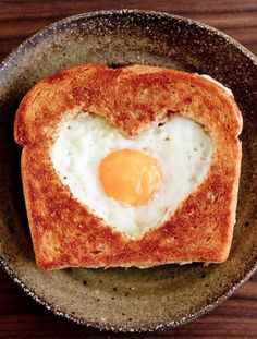 Tartine avec œuf en cœur pour la saint Valentin