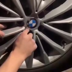 These floating wheel center caps retains their correct orientation when the vehicle is stationary or moving at slow speed. The center caps automatically latches on the wheel to spin at the same speed Auto Gif, Cb 500, Cute Car Accessories, Bmw Autos, Rims For Cars, Car Gadgets, Car Tools, Cool Inventions, Moving House