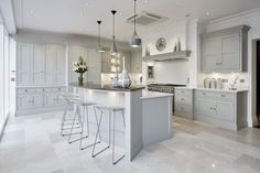 Luxury Kitchen Grey Family Kitchen – Tom Howley - This grey family kitchen is a contemporary take on classic shaker kitchen design, the island caters for all your kitchen dining needs. Kitchen Decor, Home Decor Kitchen, Luxury Kitchens, Home Kitchens, Shaker Kitchen Design, Kitchen Diner, Kitchen Design, Kitchen Remodel, Living Room Kitchen