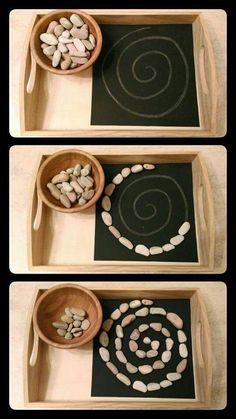 Montessori: Übung für die Feinmotorik. Und durch die Tafel ist es sehr schön wandelbar, mit unterschiedlichen Schwierigkeitsstufen.