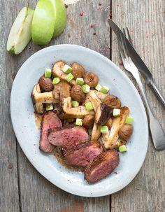 Recette Magrets aux cèpes et aux marrons : Allumez le four à 180 °C (th. 6). Quadrillez la peau des magrets de légers coups de couteau.Brossez les cèpes, p...