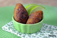 Kibe de Abóbora Frito, com recheio de cebolas ou requeijão tipo Catupiry, acompanhados por fatias  de limão. Close nas mini unidades. Blog Amélia com Vaidade