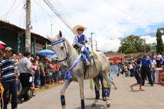 Honduras: Identidad y folclor en desfiles patrios Más de 4,000 niños engalanaron calles y avenidas de suelo patepluma. Este pequeño llamó la atención al montar este caballo durante los desfiles.