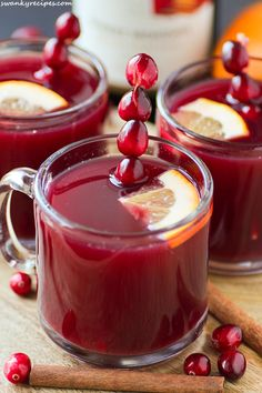Cranberry Mulled Wine - Sweet and tangy Cranberry Mulled Wine with warm spices, fresh citrus fruits, red wine and apple cider and fresh cranberries. Serve it for Thanksgiving and Christmas. It's guaranteed to warm you up on a cold winter day! #donthesitaste #spon