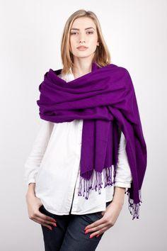 Sans conteste le chouchou de la saison, c est le pashmina violet l écharpe  couleur aubergine pour homme et femme, voilà la tendance mode. f2bc4d0b985