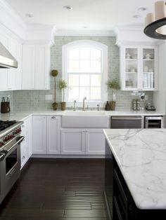 cuisine aménagée blanche bois marbre design