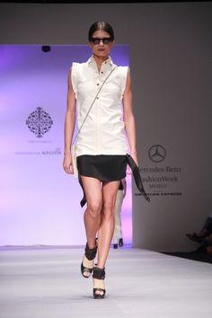 Looks blanco y negro, con aires masculinos en la nueva colección de @Lorena_Saravia desde @FashionWeekMx #amexfashion cc @educorderov