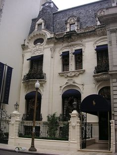 This used to be the Ralph Lauren Store in Buenos Aires, not sure if something else replaced it or if the building is still even there. Baroque Architecture, Classic Architecture, Exterior Design, Interior And Exterior, Art Nouveau Arquitectura, Ralph Lauren Store, Second Empire, Classic House, Victorian Homes