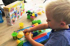 In de herfst / winter is het heel fijn om lekker binnen te spelen. De kinderen kunnen zich dan uren vermaken met Play-Doh zoals deze nieuwe set die niet alleen leuk is maar ook nog leerzaam.  http://www.mamaliefde.nl/blog/playdoh-structuren-en-gereedschappen/