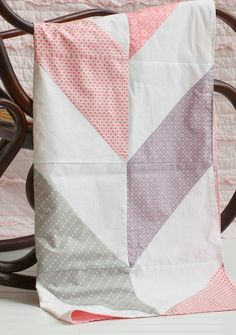 DIY Spring Baby Blanket! Get this adorable free pattern for a homemade baby quilt here.