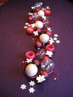 Feesttafel versieren en decoreren met orchideeën in kerstbollen en pitrietcirkels
