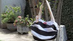 Bolsa listrada com toalha da marca Dölher bordada com motivos navy. Tamanho Larg. 0,70 x Compr. 1,40 m.
