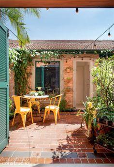 Na edícula, os tijolos descascados reforçam o ar rústico. Andrea converteu o quarto de serviço numa sauna úmida.