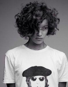 cortes de pelo rizado, foto en blanco y negro, muher con cabello rizado, corte bob con raya al costado