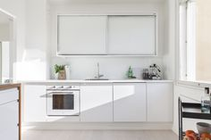 Kaunis valkoinen koti Turussa. Inarian liukuovikaapisto keittiön yläkaappina. #valkoinen #keittiö #liukuovet #keittiökaapit Kitchen Dining, Kitchen Island, Kitchen Cabinets, Natural Kitchen, Minimalist Kitchen, Double Vanity, Lifestyle, Modern, Koti